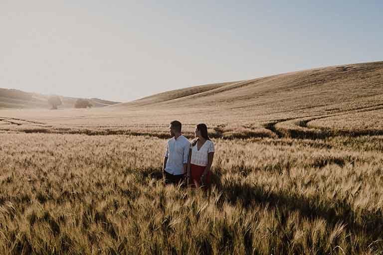 Séance engagement dans un champ de blé