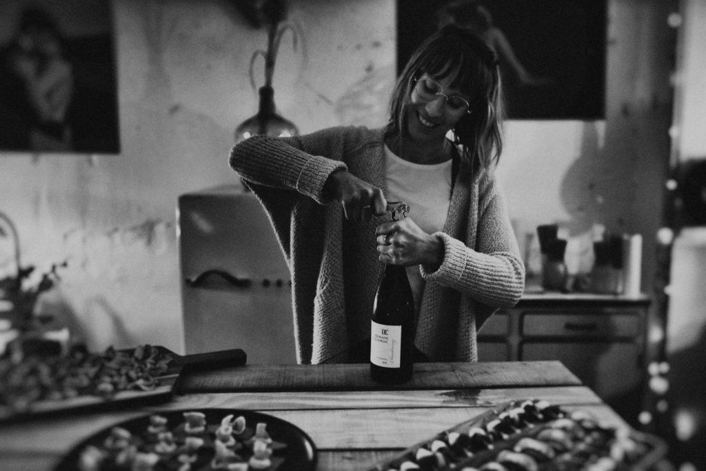 geraldine buis photographe entrain de servir du vin festival crazy folk love