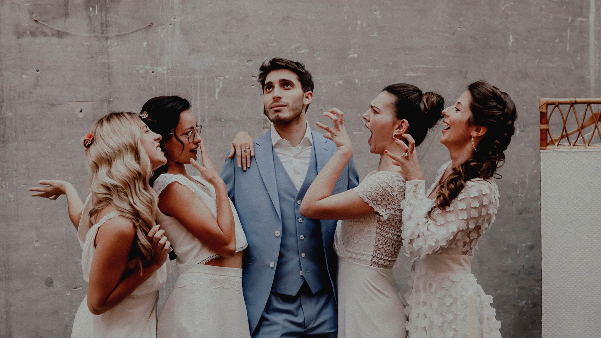 4 femmes en robe de mariée avec un homme en costume festival crazy folk love