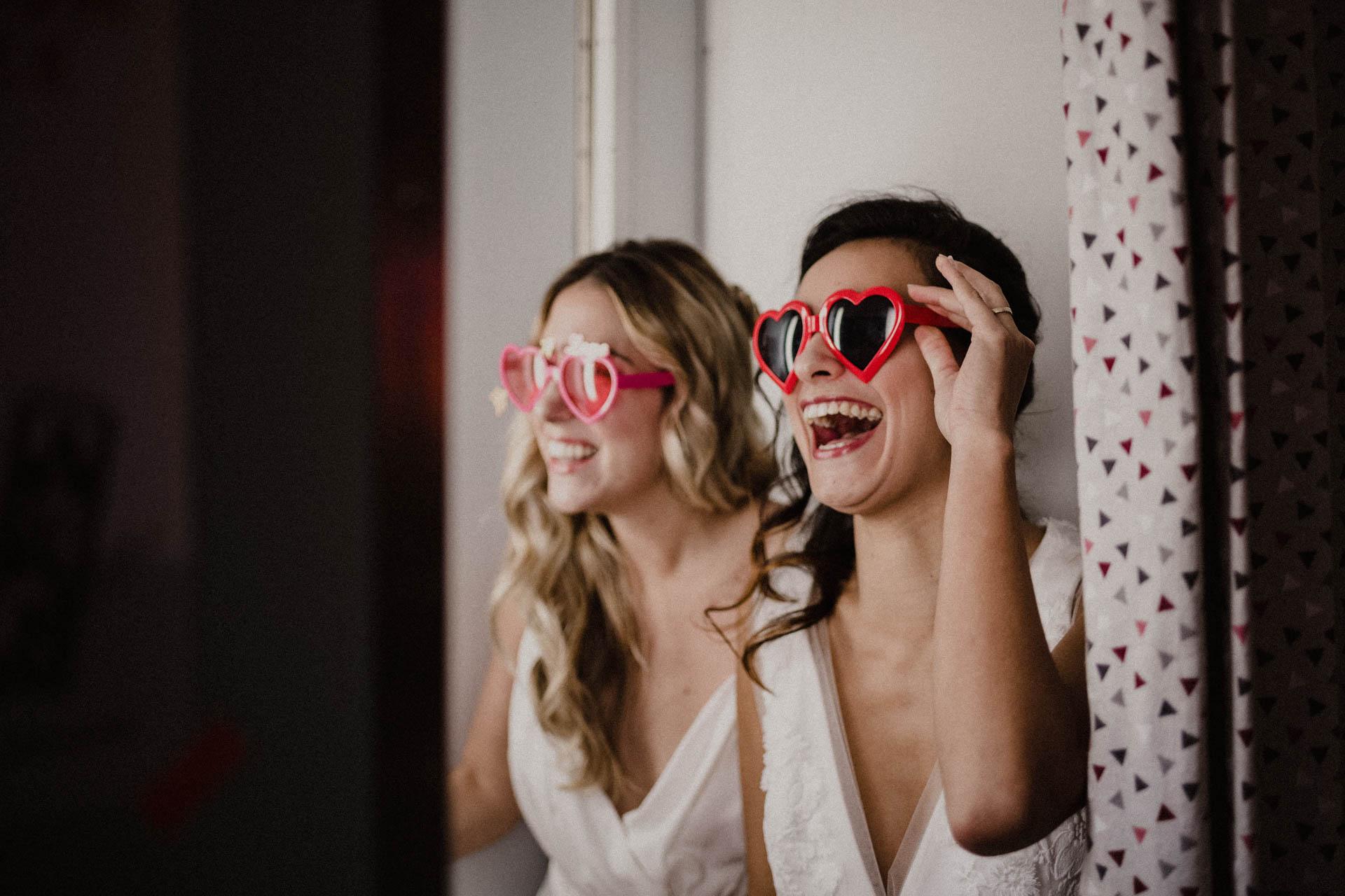 deux filles entrain de rigoler dans un photomaton festival crazy folk love