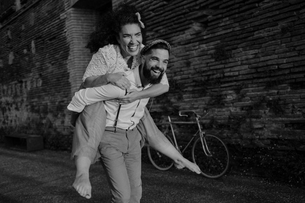 séance engagement à toulouse sur les quais de la Garonne séance couple à Toulouse