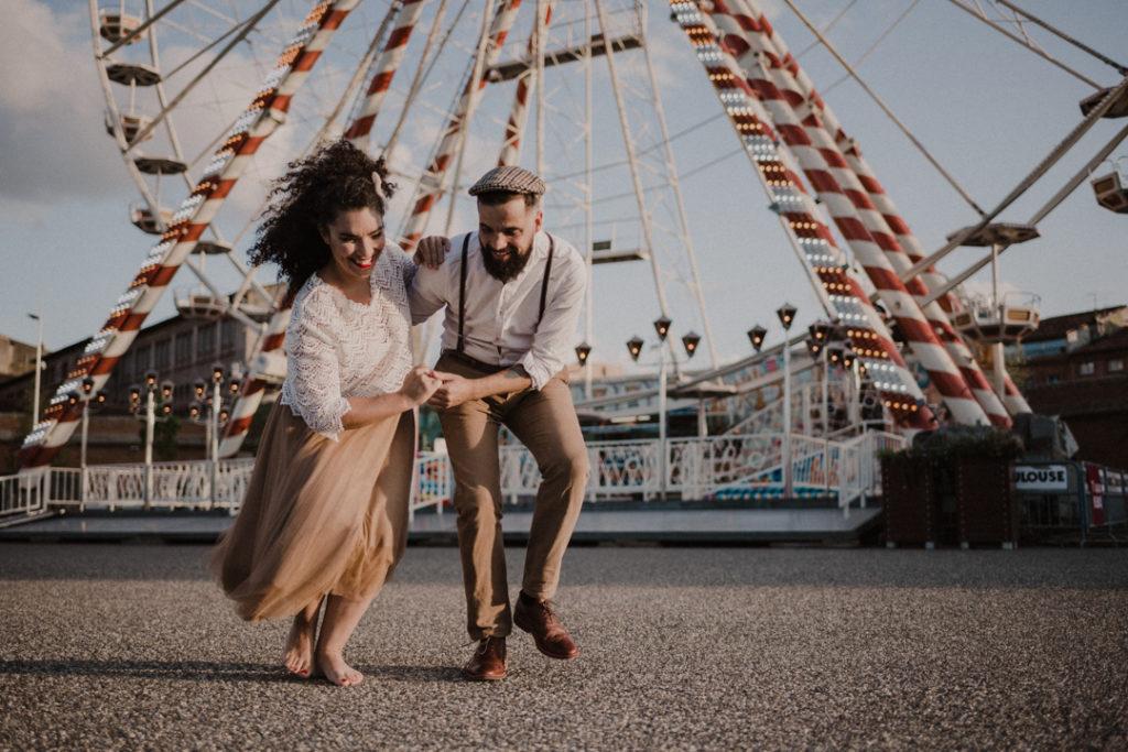 couple dansant devant le grande roue de toulouse séance couple de danseur